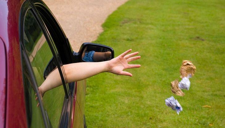 Gettare rifiuti dal finestrino dell'auto comporta una multa fino a 400 euro - Foto 4 di 7