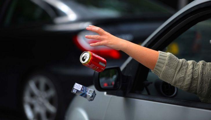 Gettare rifiuti dal finestrino dell'auto comporta una multa fino a 400 euro - Foto 5 di 7