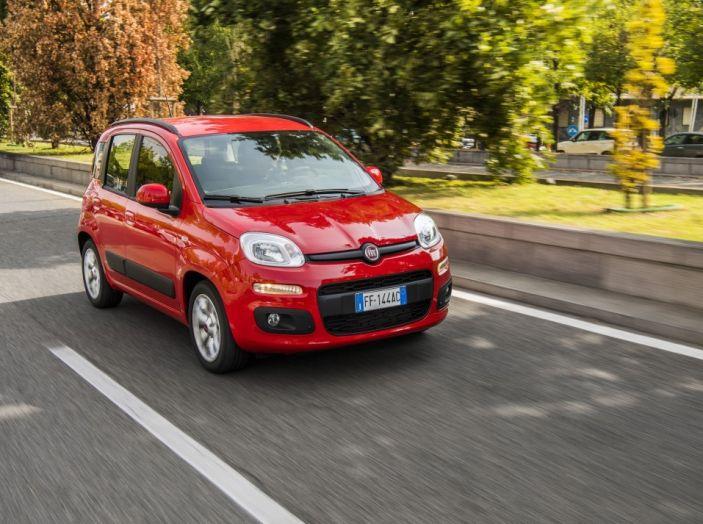 Fiat Panda 2017 in movimento vista 3/4 frontale laterale..