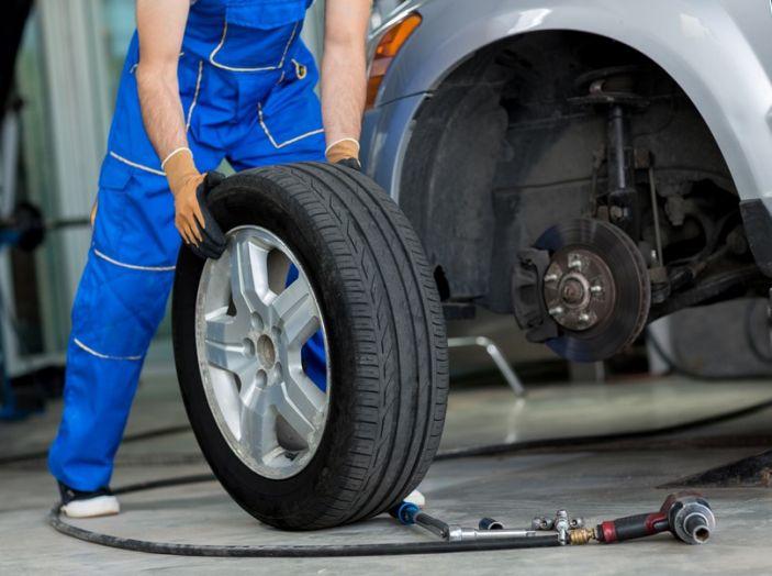 Cambiare una ruota bucata: come fare, normative e consigli - Foto 7 di 7