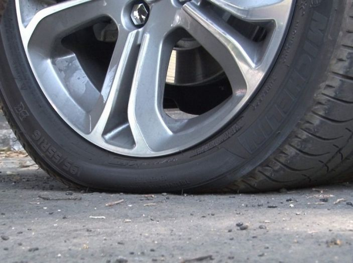 Cambiare una ruota bucata: come fare, normative e consigli - Foto 3 di 7