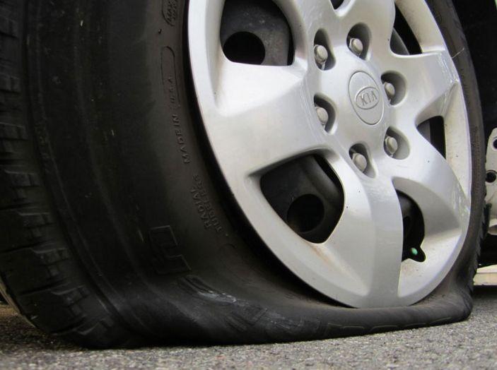 Cambiare una ruota bucata: come fare, normative e consigli - Foto 4 di 7