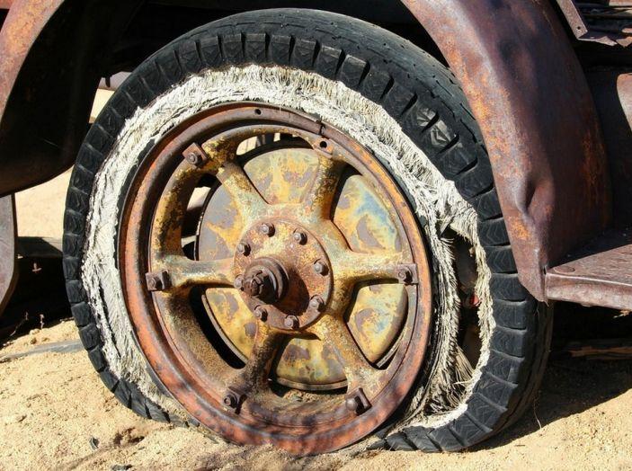 Cambiare una ruota bucata: come fare, normative e consigli - Foto 5 di 7