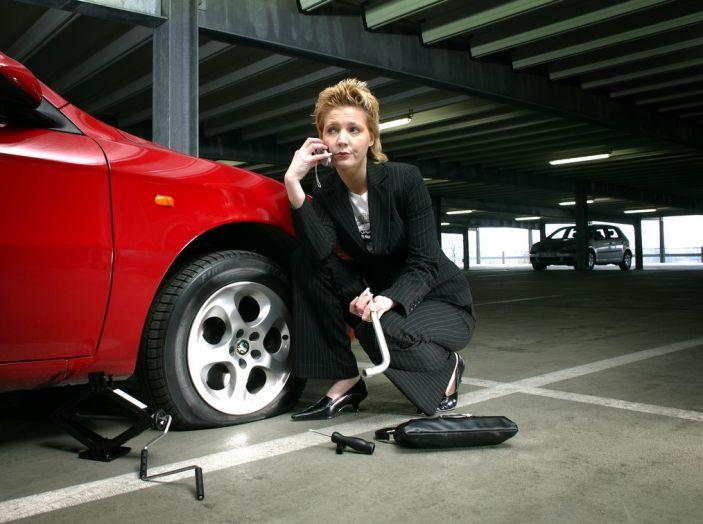 Cambiare una ruota bucata: come fare, normative e consigli - Foto 2 di 7
