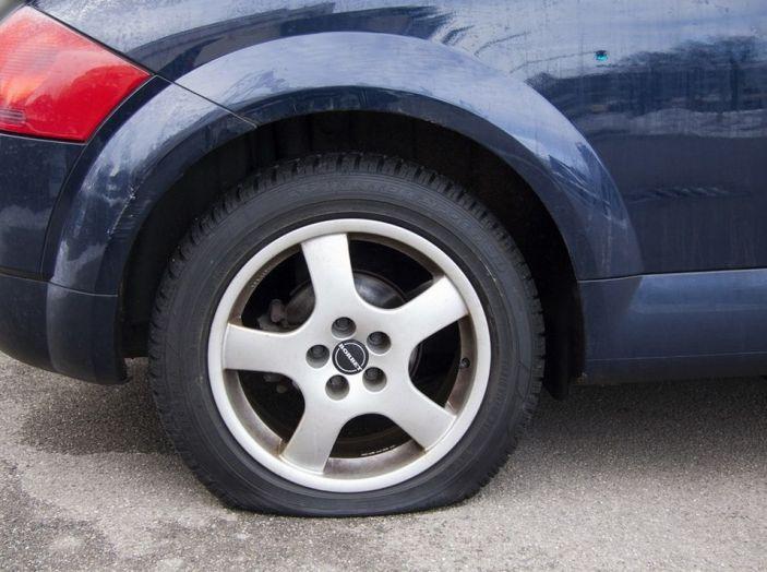 Cambiare una ruota bucata: come fare, normative e consigli - Foto 6 di 7