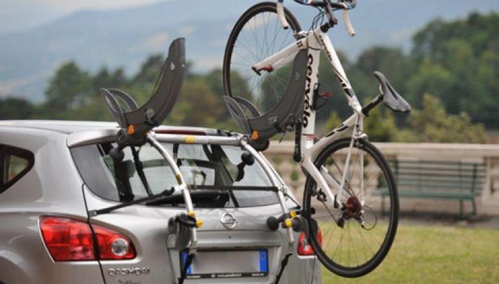 Trasporto bici in auto: accessori e modalità - Foto 2 di 7