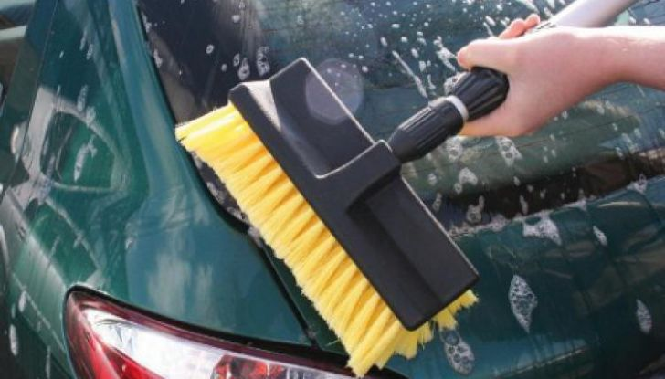 Lavaggio auto: pro e contro degli spazzoloni - Foto 4 di 6