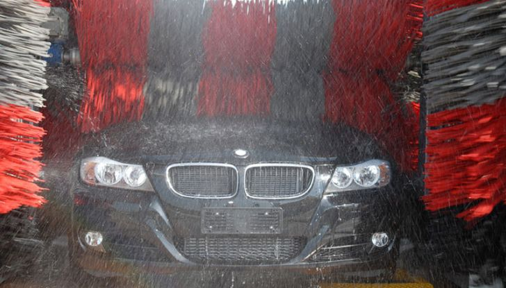 Lavaggio auto: pro e contro degli spazzoloni - Foto 1 di 6