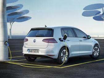Precedenza alle auto elettriche al semaforo, allo studio la nuova misura anti-smog