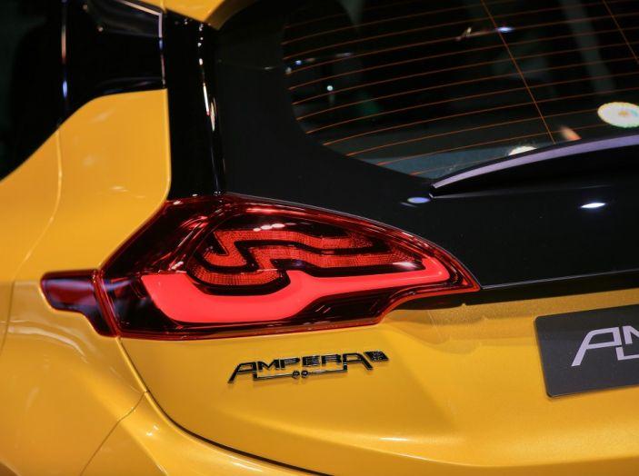 Nuova Opel Ampera-e: la ricarica rapida garantisce un'autonomia di 150 chilometri - Foto 2 di 27