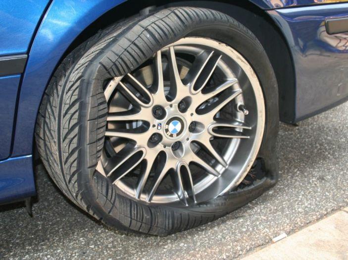 Foratura pneumatico: come salvare la gomma senza chiamare soccorsi - Foto 5 di 6