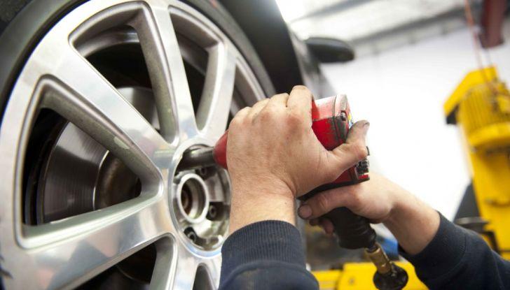 Foratura pneumatico: come salvare la gomma senza chiamare soccorsi - Foto 1 di 6