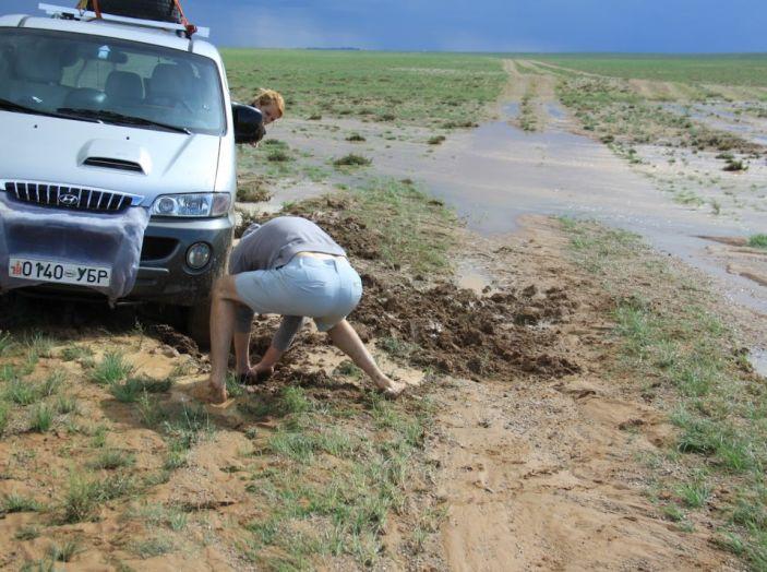 Consigli: i 5 modi per uscire dal fango con l'auto impantanata - Foto 2 di 8
