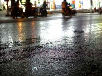Asfalto viscido o bagnato: come comportarsi alla guida