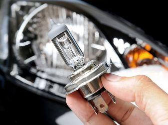 Come sostituire un faro dell'auto