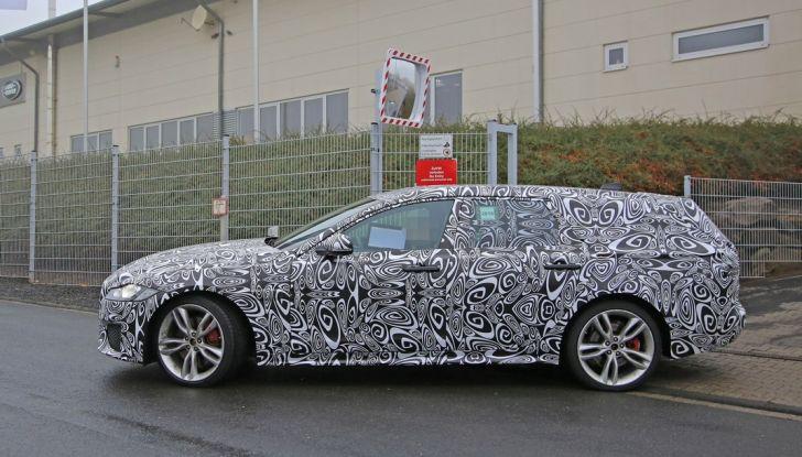 Jaguar XF S Sportbrake prime foto spia della nuova generazione della wagon sportiva - Foto 4 di 16
