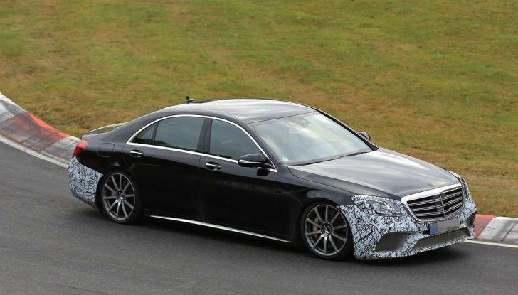 Mercedes AMG S63 Facelift nuove foto spia dei test su pista - Foto 2 di 24
