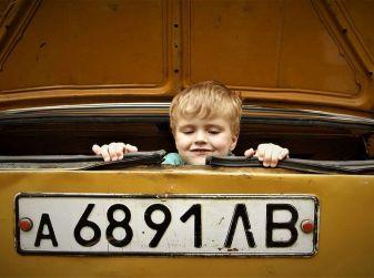 Come trasportare i bambini in auto in sicurezza e nel rispetto della legge