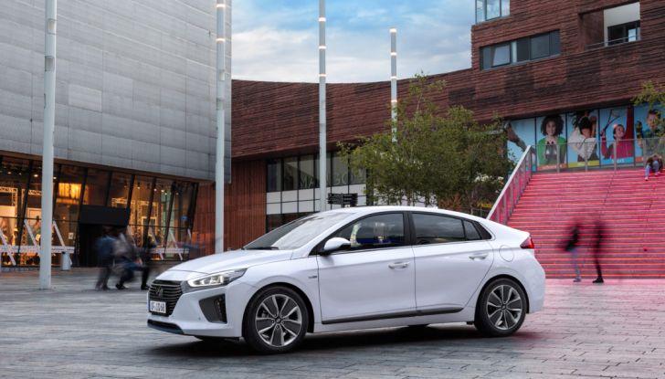 Hyundai Ioniq hybrid 3/4 laterale anteriore.