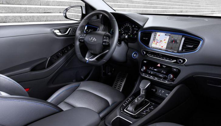 Hyundai Ioniq hybrid interno, postazione di guida.