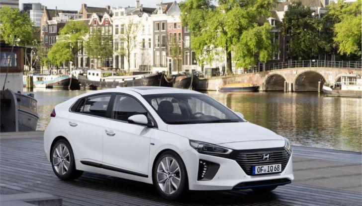 Hyundai Ioniq hybrid 3/4 laterale anteriore. destra.