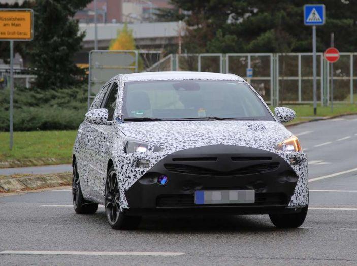 Opel Corsa 5 porte, prime foto spia dei test su strada - Foto 3 di 19