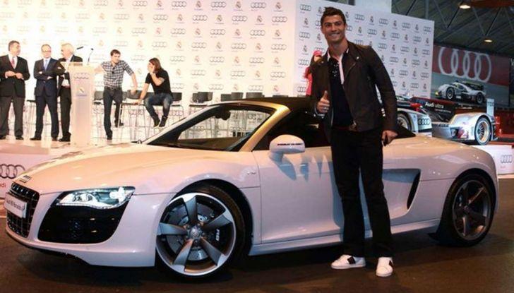 Maurizio Crozza sorpreso da CHI a bordo di una potente Audi R8 V10 Coupè - Foto 7 di 11