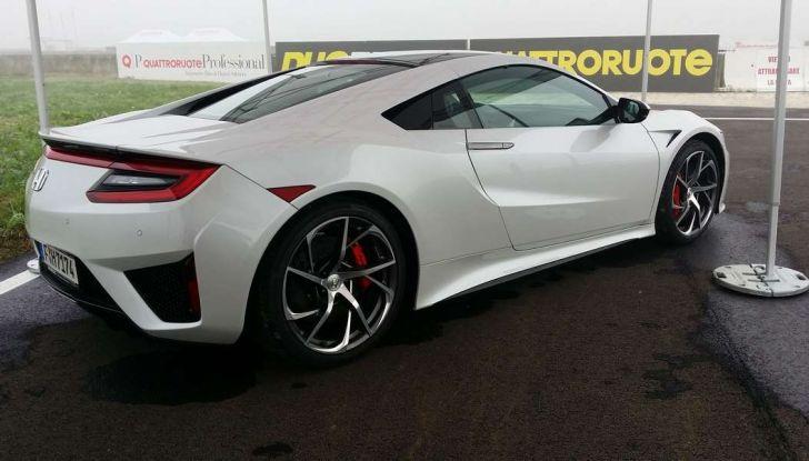 Honda NSX 2017, design sportivo laterale posteriore.