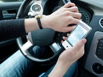 Utilizzo del telefono in auto: normativa e sanzioni previste