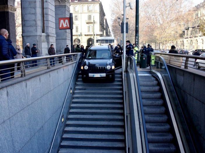 Torino, in auto sulle scale della metro di Porta Nuova - Foto 1 di 3