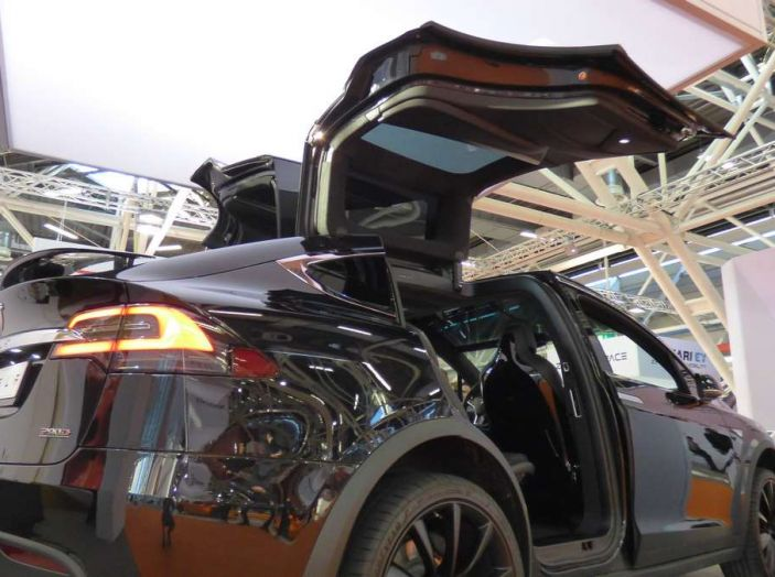 Tesla Model X, il crossover con le ali - Foto 5 di 7