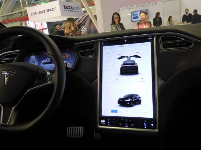 Tesla Model X, il crossover con le ali - Foto 6 di 7