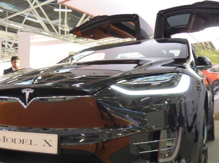 Tesla Model X, il crossover con le ali - Foto 3 di 7