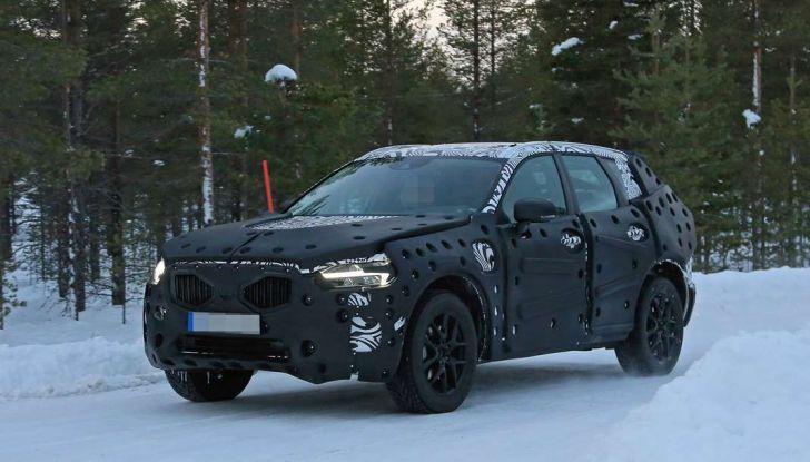 Volvo XC60, nuove foto spia sulla neve della futura generazione - Foto 1 di 10