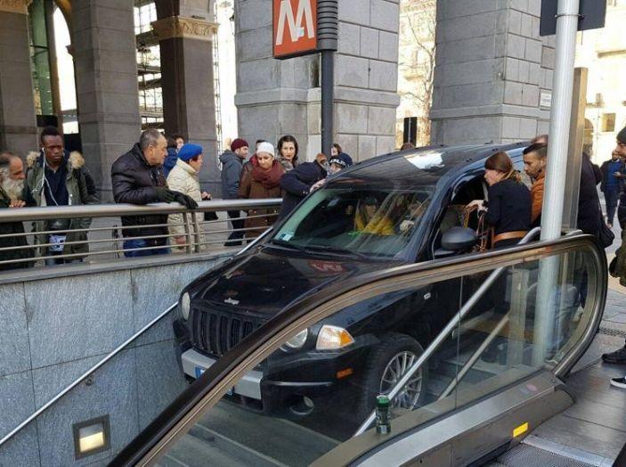 Torino, in auto sulle scale della metro di Porta Nuova - Foto 3 di 3