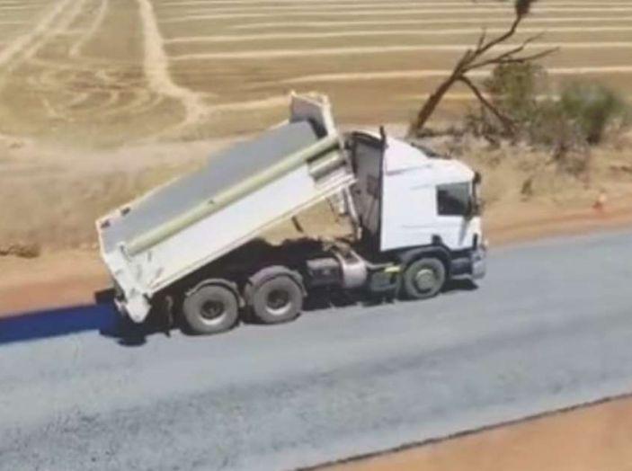 Asfaltatura della strada in Australia: il video diventa virale - Foto 3 di 7