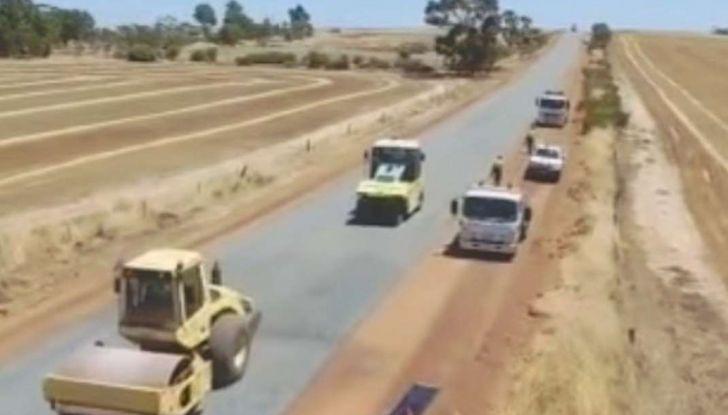 Asfaltatura della strada in Australia: il video diventa virale - Foto 4 di 7
