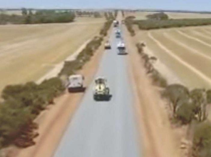 Asfaltatura della strada in Australia: il video diventa virale - Foto 5 di 7
