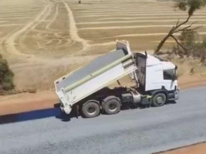 Asfaltatura della strada in Australia: il video diventa virale - Foto 6 di 7