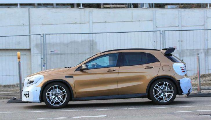 Mercedes GLA 45 AMG Facelift 2017, prime immagini spia della rinnovata variante sportiva - Foto 4 di 9