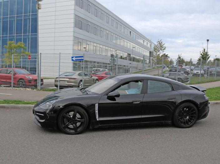 Porsche Mission E: l'elettrica pura su base Panamera - Foto 19 di 29
