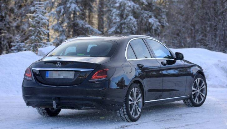 Mercedes Classe C Facelift, prime immagini spia e dettagli del nuovo modello - Foto 7 di 20