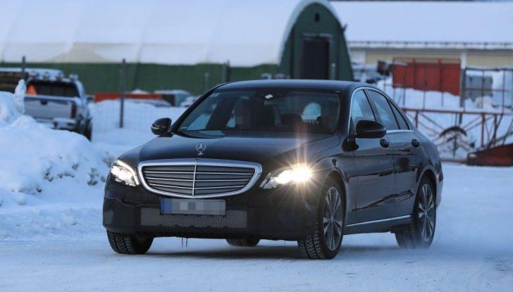 Mercedes Classe C Facelift, prime immagini spia e dettagli del nuovo modello - Foto 9 di 20