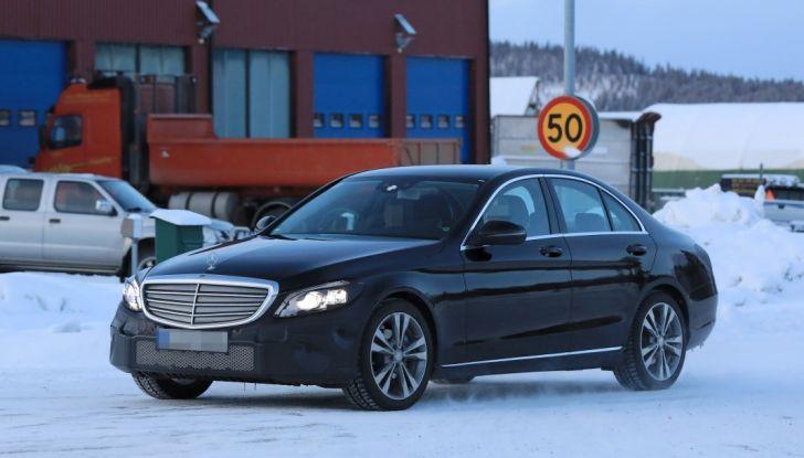 Mercedes Classe C Facelift, prime immagini spia e dettagli del nuovo modello - Foto 1 di 20