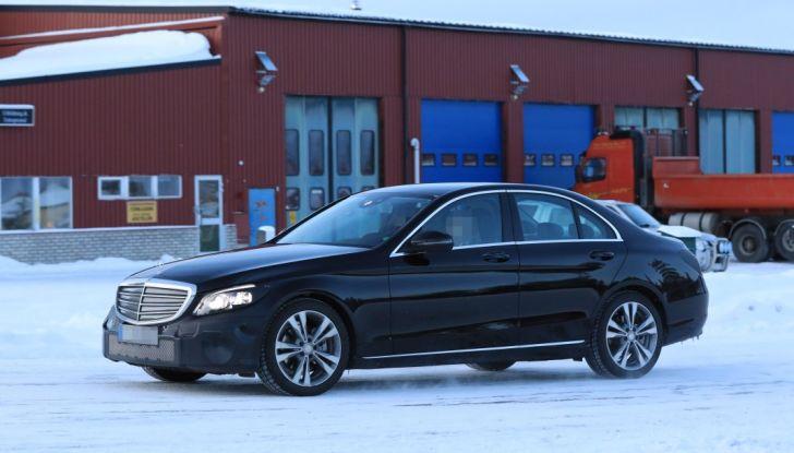 Mercedes Classe C Facelift, prime immagini spia e dettagli del nuovo modello - Foto 10 di 20