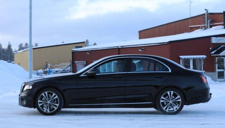 Mercedes Classe C Facelift, prime immagini spia e dettagli del nuovo modello - Foto 11 di 20