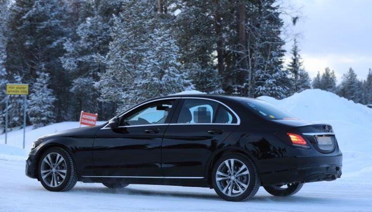 Mercedes Classe C Facelift, prime immagini spia e dettagli del nuovo modello - Foto 12 di 20