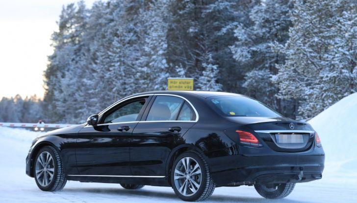 Mercedes Classe C Facelift, prime immagini spia e dettagli del nuovo modello - Foto 13 di 20