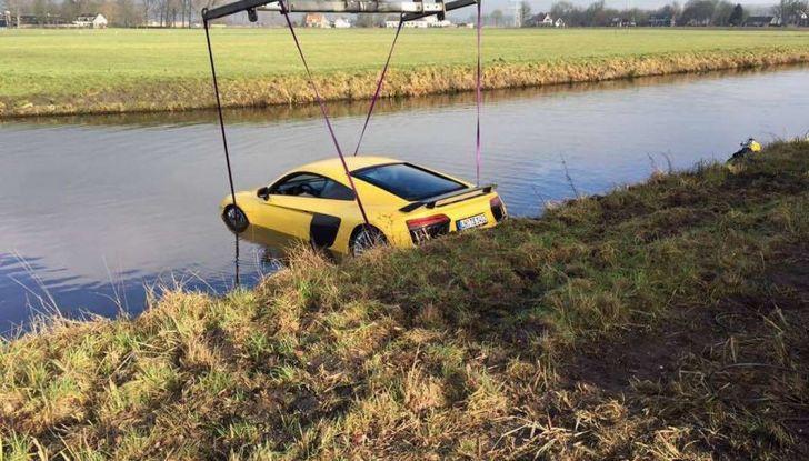 Audi R8 V10 Plus in un fiume