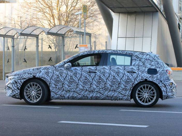 Mercedes Classe A nuove foto spia 2017, fiancata.
